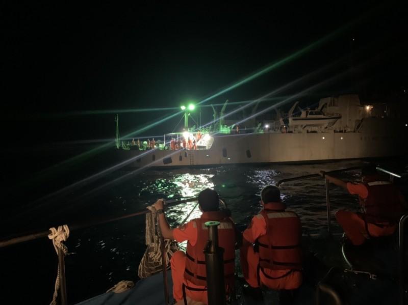 艦隊分署派遣兩艘船艇以對開的方式縮短救援時間(記者吳昇儒翻攝)