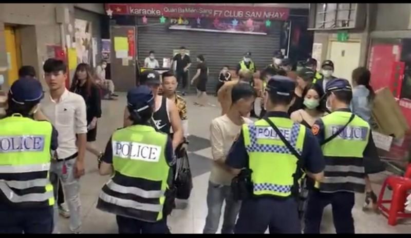 警方今天凌晨到東協廣場臨檢。(記者許國楨翻攝)