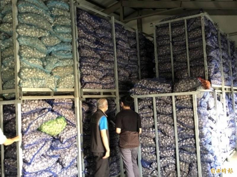 蒜價狂飆,雲林調查站人員追查是否有蒜商囤積哄抬蒜價。(資料照)