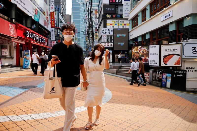 南韓國務總理丁世均今(13)日表示,綜合考慮近期武漢肺炎疫情與專家意見,決定下調首都圈加強版防疫措施,繼續維持社交距離二級限制,為期兩周。(路透)
