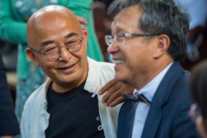 流亡德國的中國異議作家廖亦武(左)日前接受美媒專訪,大讚美國國務卿龐皮歐聯合民主陣線抗中,並呼籲西方須戒斷「中國經濟鴉片」的毒癮。右為我駐德代表謝志偉。(歐新社)