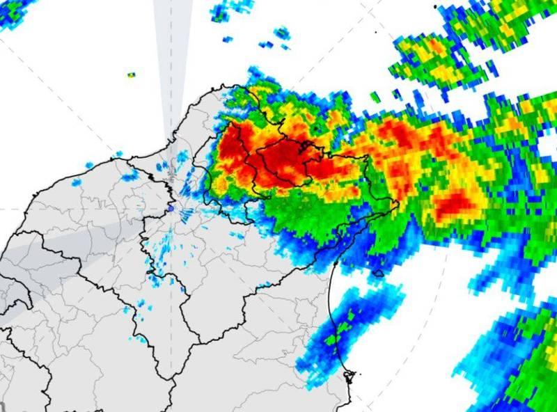 由於對流雲系發展旺盛,氣象局今早針對北北基3縣市發布豪、大雨特報,當地雷聲轟隆作響。(圖擷自中央氣象局)