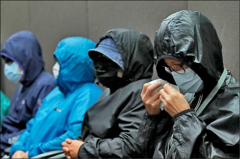 計畫逃到台灣的十二名香港「反送中」抗爭者,目前正被拘留在中國廣東省深圳市鹽田區的看守所。家屬十二日在涂謹申等兩名香港民主派立法會議員陪同下召開記者會,其中一名在押港青的母親,因擔憂子女安危而落淚。(美聯社)