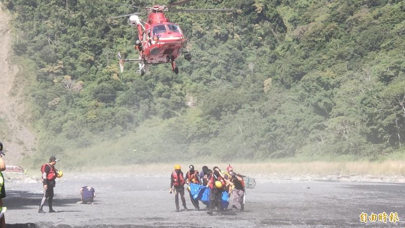 空勤直升機空勘發現盧姓男子遺體,吊掛外運至平坦空曠溪床。(記者佟振國攝)