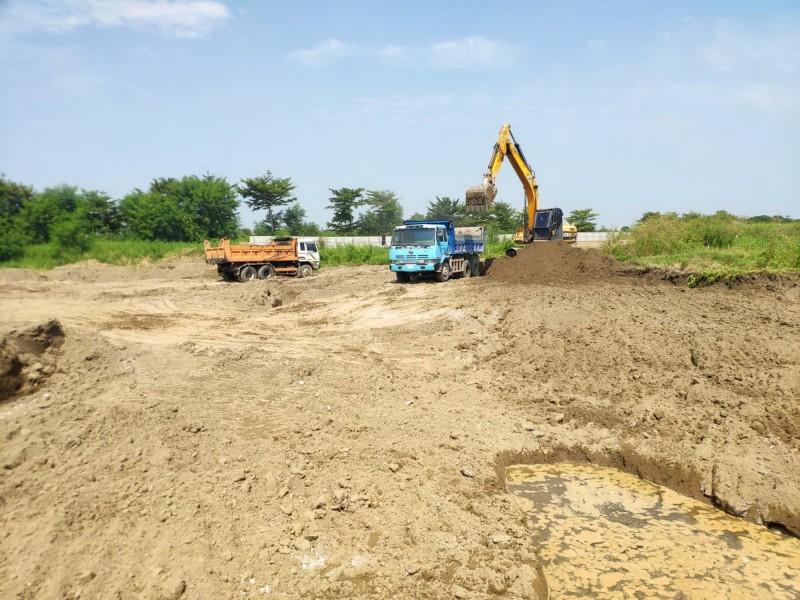 學甲農田遭填埋爐碴案,目前已開始清運,南市環保局每天派人輪值監督。(南市環保局提供)