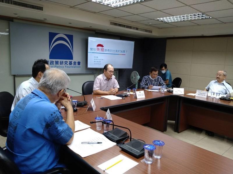 國民黨智庫召開記者會,質疑擴大開放美豬進口,就算換到BTA,也未必對台灣有利。(國政基金會提供)