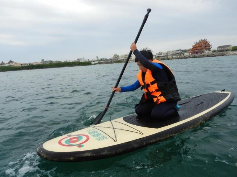 立槳式輕艇仰賴人力,由於北風過大造成師生無力返回。(風櫃國小提供)