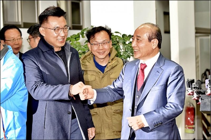 立法院前院長王金平(右)要率團出席海峽論壇,卻因央視「求和說」引起議 論。(資料照)