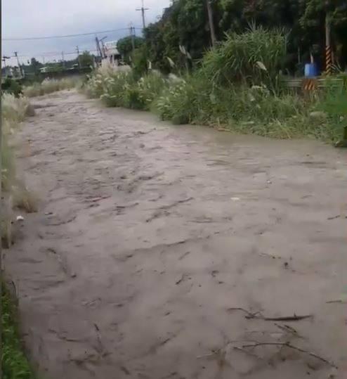 才沒幾分鐘,水勢便得洶湧湍急,將兩側的植被淹沒。(圖擷自露營公社)
