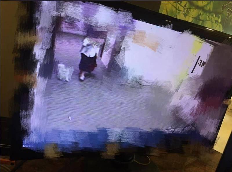 原PO貼出奧客偷帶寵物入住的監視器畫面。(圖擷自爆怨公社)