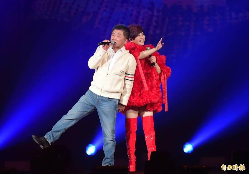 詹雅雯演唱會,陳時中(左)擔任嘉賓。(資料照)