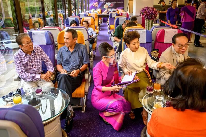 泰國航空(Thai Airways)將總部咖啡室改造成「飛機咖啡廳」,讓民眾彷彿置身機艙內。(法新社)