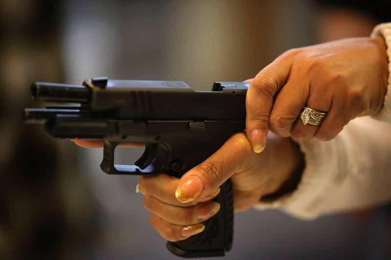 美國一名警察手槍不小心掉了出來,子彈穿過他的褲子再跳彈擊傷兩人。手槍示意圖。(法新社)