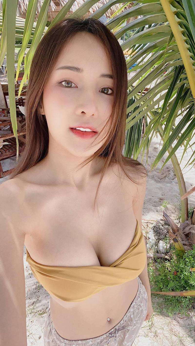 擁有泰、中、日、韓四國血統的泰國混血模特兒Feary13日在臉書PO出僅穿一條黃色小可愛、露出兇猛北半球的辣照,並表示「不要想太多,現在就只想著我吧!」(圖擷取自Thanyarat Charoenpornkittada臉書)