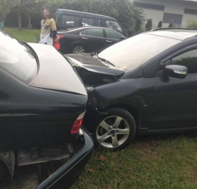 撞擊力道之大,讓肇事車輛車頭凹陷。(圖擷自爆怨公社)