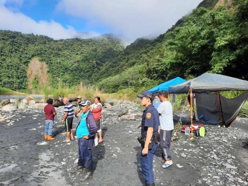 南投縣4人露營被沖走,警消今(14日)早終於找到第4人,目前正在吊掛遺體。圖為事發現場。(民眾提供)