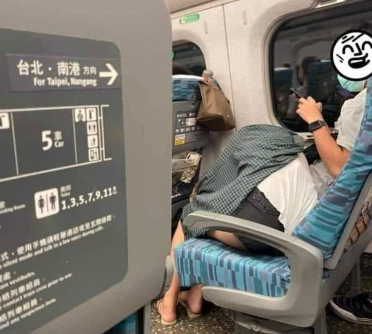 近日有網友搭乘高鐵時,拍下一名短褲女子蓋著外套,趴在隔壁男乘客腿上的照片,PO到臉書社團引發熱議。(圖擷取自臉書「爆廢公社二館」)
