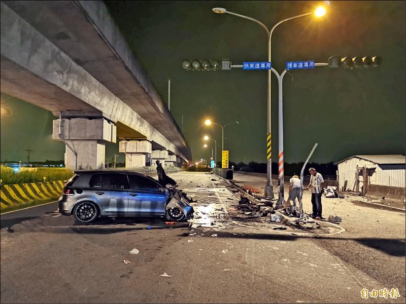 台南永康前晚發生一起死亡車禍,現場一片狼藉。(記者吳俊鋒攝)