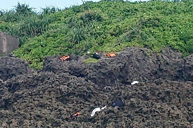 30名越南偷渡犯跳海游上岸躲避查緝,各單位全面查緝中。(記者蔡宗憲翻攝)