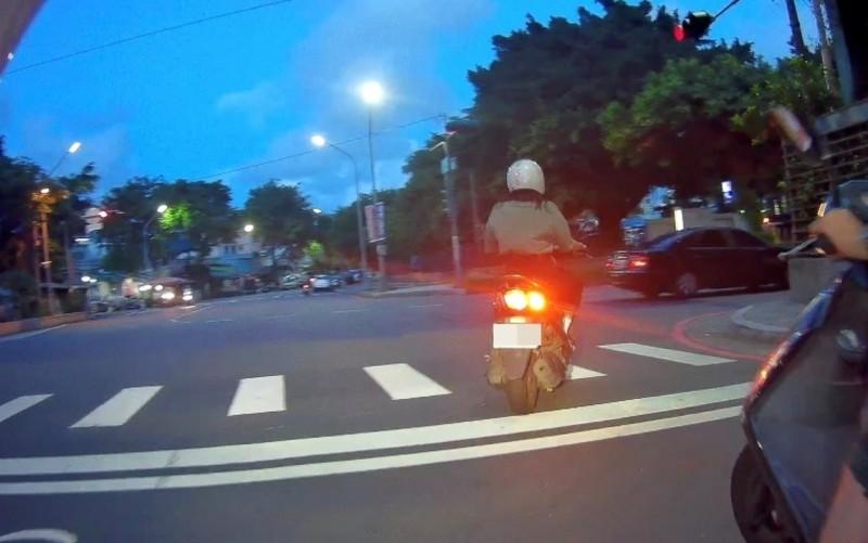 民眾騎車轉彎未打方向燈遭檢舉。(記者方志賢翻攝)