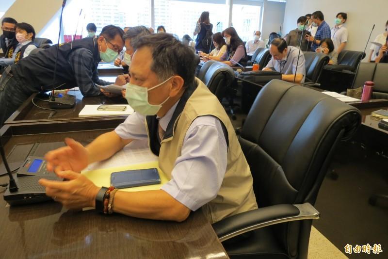 未被中市承認的政風處長詹政曇「自行參加」中市議會的程序委員會,默默坐在後方記者席。(記者蘇金鳳攝)