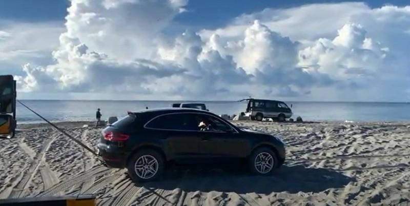 受困台東海灘的保時捷休旅車由吊車拖吊。(記者黃明堂翻攝)