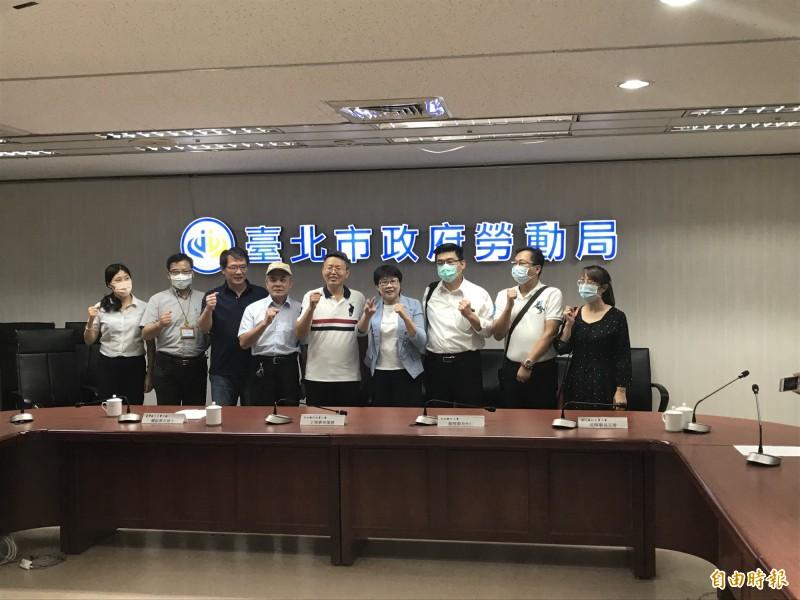 陳信瑜(右四)說,很多勞工為了保住飯碗,只好配合加班,北市將持續勞檢。(記者蔡思培攝)