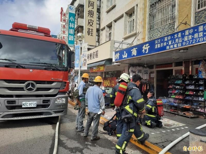 馬公市鬧區中正路傳出火警,警消及台電人員迅速趕抵現場。(記者劉禹慶攝)