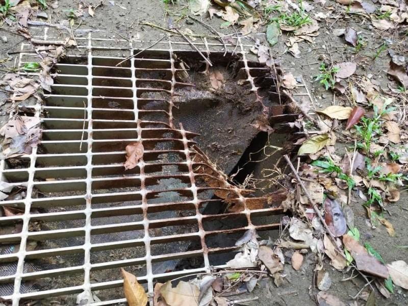 左營區重愛公園附近水溝蓋破損,割傷小五女孩。(記者王榮祥翻攝)