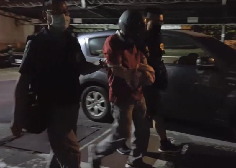 楊嫌(中)在犯案4小時後被警方逮捕。(記者洪臣宏翻攝)