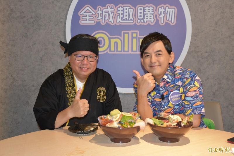 鄭文燦(左)合體藝人黃子佼(右)為市府推出的「全城趣購物2.0」活動進行直播宣傳。(記者李容萍攝)