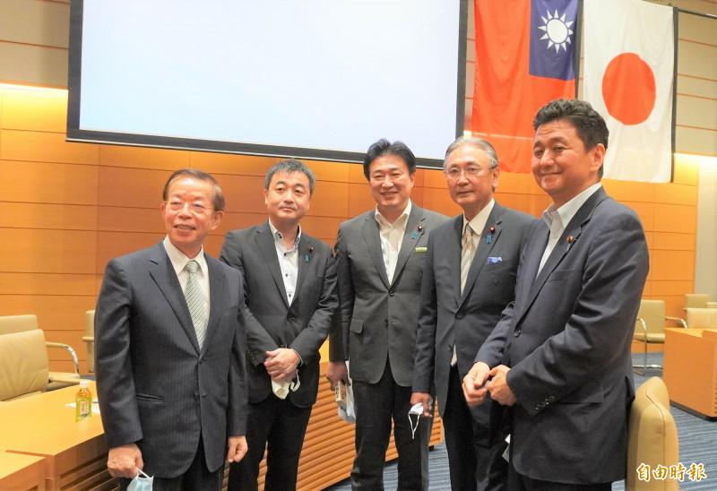 日本跨黨派國會議員組成的友台團體「日華議員懇談會」,8月19日在眾議員會館召開臨時大會。會後岸信夫(右)與日華懇會長古屋圭司(右二)等人和駐日代表謝長廷合照。(資料照,記者林翠儀攝)