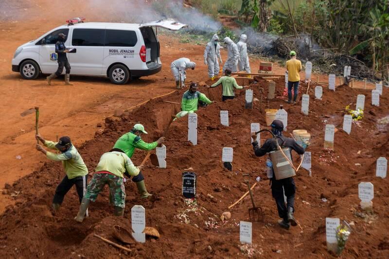 印尼東爪哇省錦石縣日前傳出8人疑因未遵守公共場合戴口罩的規定,被要求去挖墳作為懲罰。示意圖。(法新社)