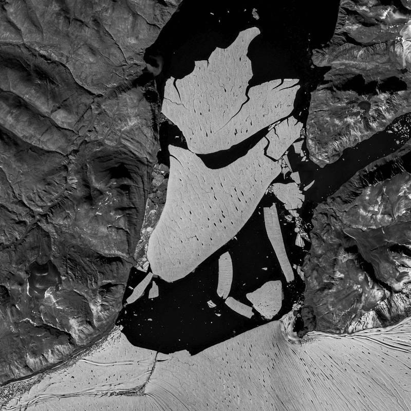 格陵蘭冰川破裂,大面積冰塊流入海中。(美聯社)