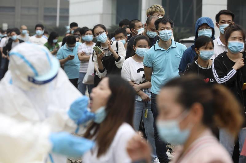 中國雲南爆偷渡客入境10天後確診,瑞麗市將展開大規模核酸檢測。(美聯社資料照)