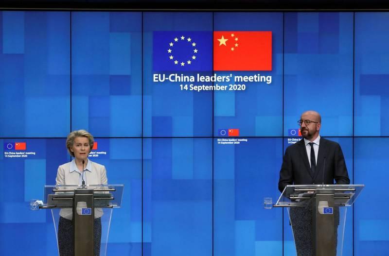 中歐特別高峰會在昨天(14日)透過視訊的方式進行,但最終2個多小時的會談並沒有達成多少共識,習近平既沒有出席會後記者會也沒有發表聯合聲明。圖為歐盟執委會主席馮德萊恩(左)、歐洲理事會主席米歇爾(右)。(路透)