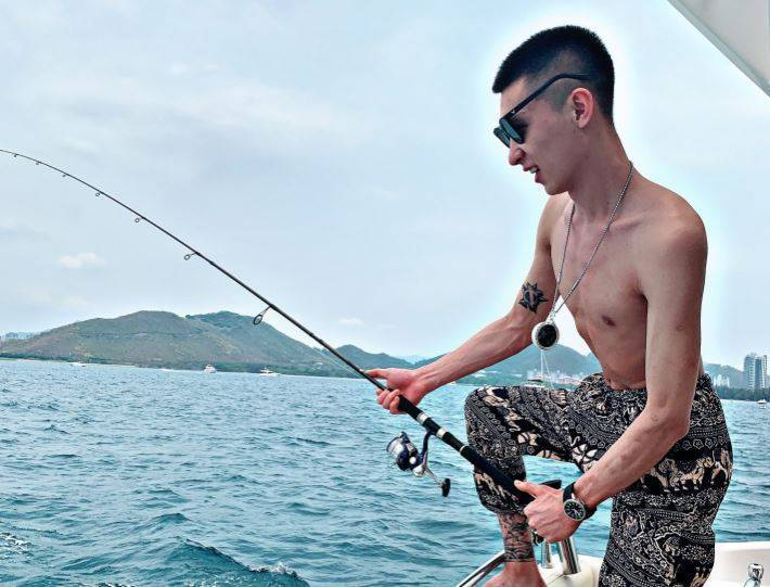 中國22歲網紅「五道口宏楠」在釣魚時觸電後不治身亡,讓許多中國網友相當惋惜。(圖取自「五道口宏楠」臉書)