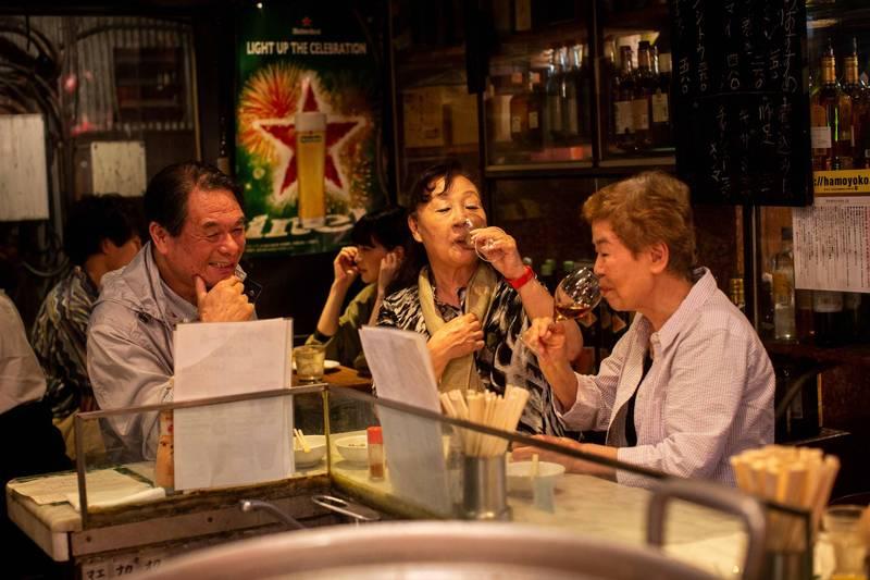東京都心23區提供酒類的餐飲店,營業時間縮短令解除,圖為東京民眾在餐飲店用餐情形。(法新社)