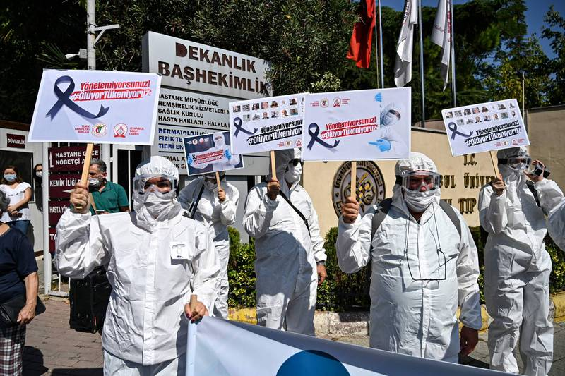 土耳其醫護人員示威遊行,抗議政府堅持進行「正常化計畫」,導致醫護人員過勞與身陷染疫危險中。(法新社)