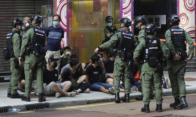 香港警方逮捕示威民眾。(美聯社資料照)