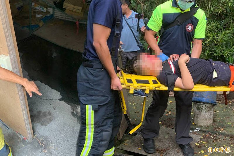 基隆市正濱國小一名小六男童跌落7米深坑洞緊急送醫。(本報合成)