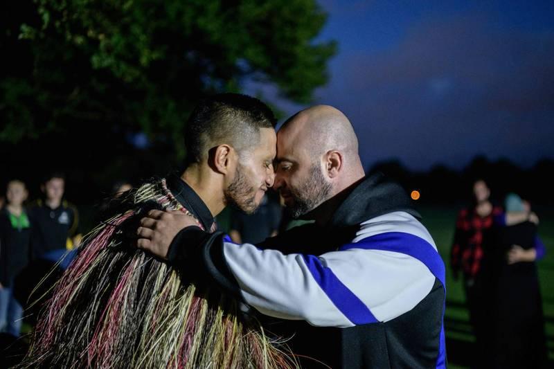 紐西蘭大選將近,毛利黨國會議員參選人提議將國名更改為毛利語「奧特亞羅瓦(Aotearoa)」,作為毛利語復興的第一步。圖為毛利人傳統碰鼻禮。(法新社資料照)