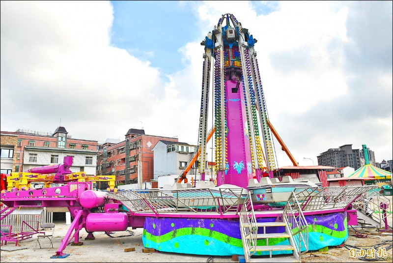 「JETS嘉年華」承辦廠商進駐高鐵桃園站前廣場組裝大型遊樂設施,為確保服務品質與安全,將延至26日開幕。(記者李容萍攝)