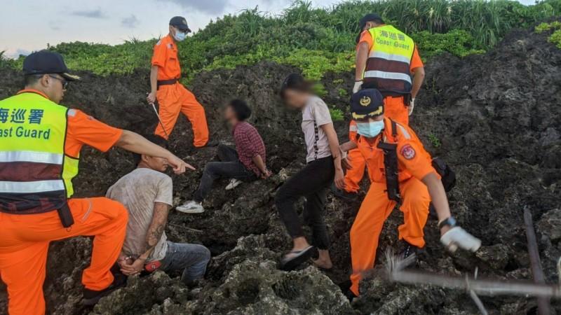 恆春半島越南偷渡犯清晨再逮4男2女。(記者蔡宗憲翻攝)