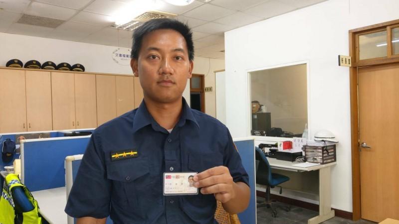 在蘭嶼擔任警察的停寧傑,稀有姓氏常成為趣談。(記者陳賢義翻攝)