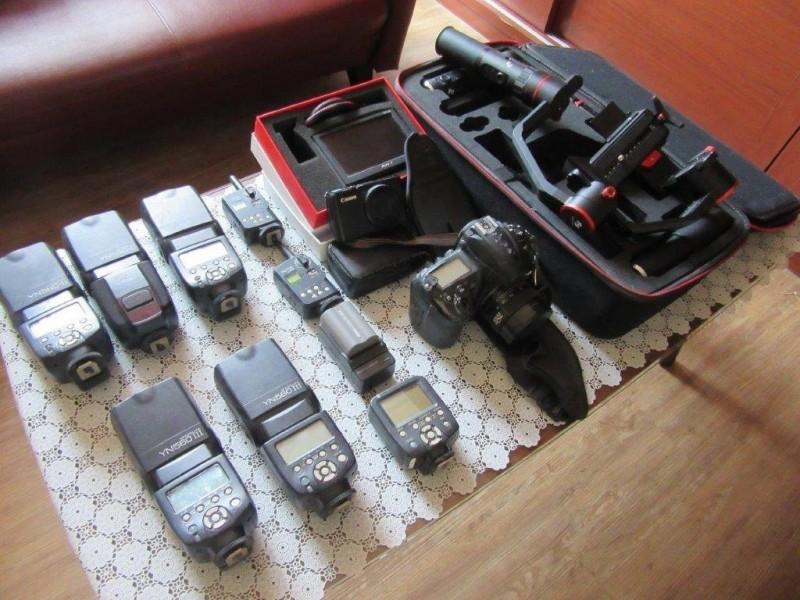 行政執行署嘉義分署執行人員今天前往黃男營業處所查扣新穎照相機、閃光器等攝影器材一批。(記者丁偉杰翻攝)
