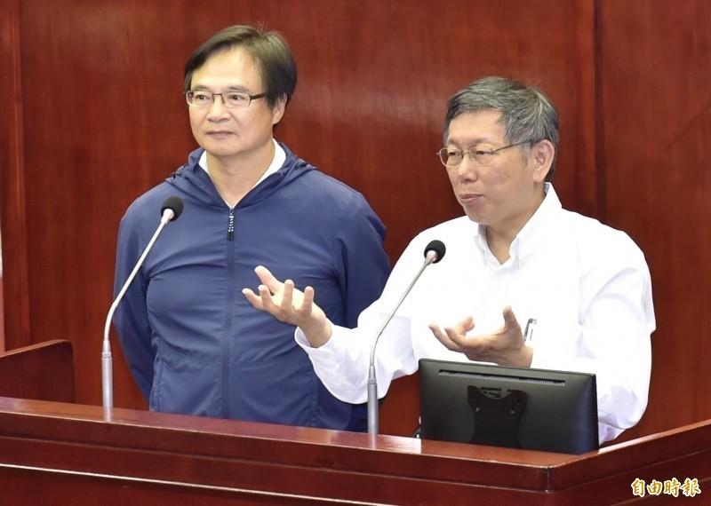 現任民政局長藍世聰(左)被點名曾參加離職首長聚會,遭質疑反柯。(資料照)