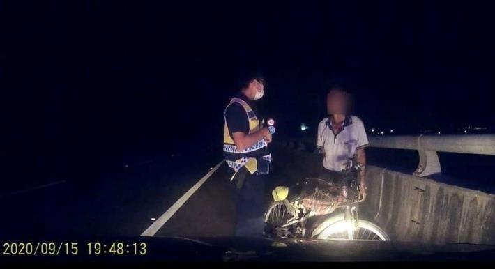 男子誤上快速道,台西警暗夜救援,化解虛驚。(記者詹士弘翻攝)