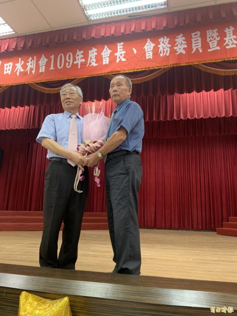 桃園農田水利會選出莊瑞祥(圖右)為代理會長,他隨即送花給原會長黃金春,感謝他多年的努力。(記者謝武雄攝)