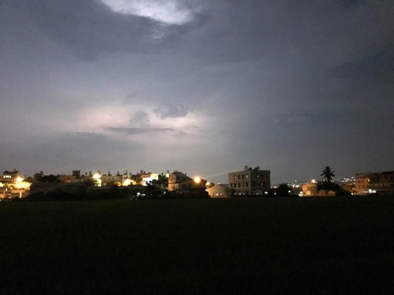 南投縣草屯鎮廖姓民眾在草屯郊區,拍攝閃電前的照片,照片下方的一片黑是稻田。(廖姓民眾提供)